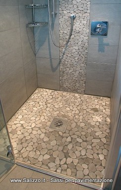 Rivestimento di una doccia con ciottoli di fiume salizzo for Sassi finti per esterno