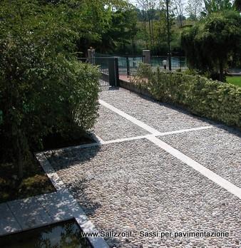 Pavimentazione esterna con ciottoli di fiume di una casa for Casa moderna treviso